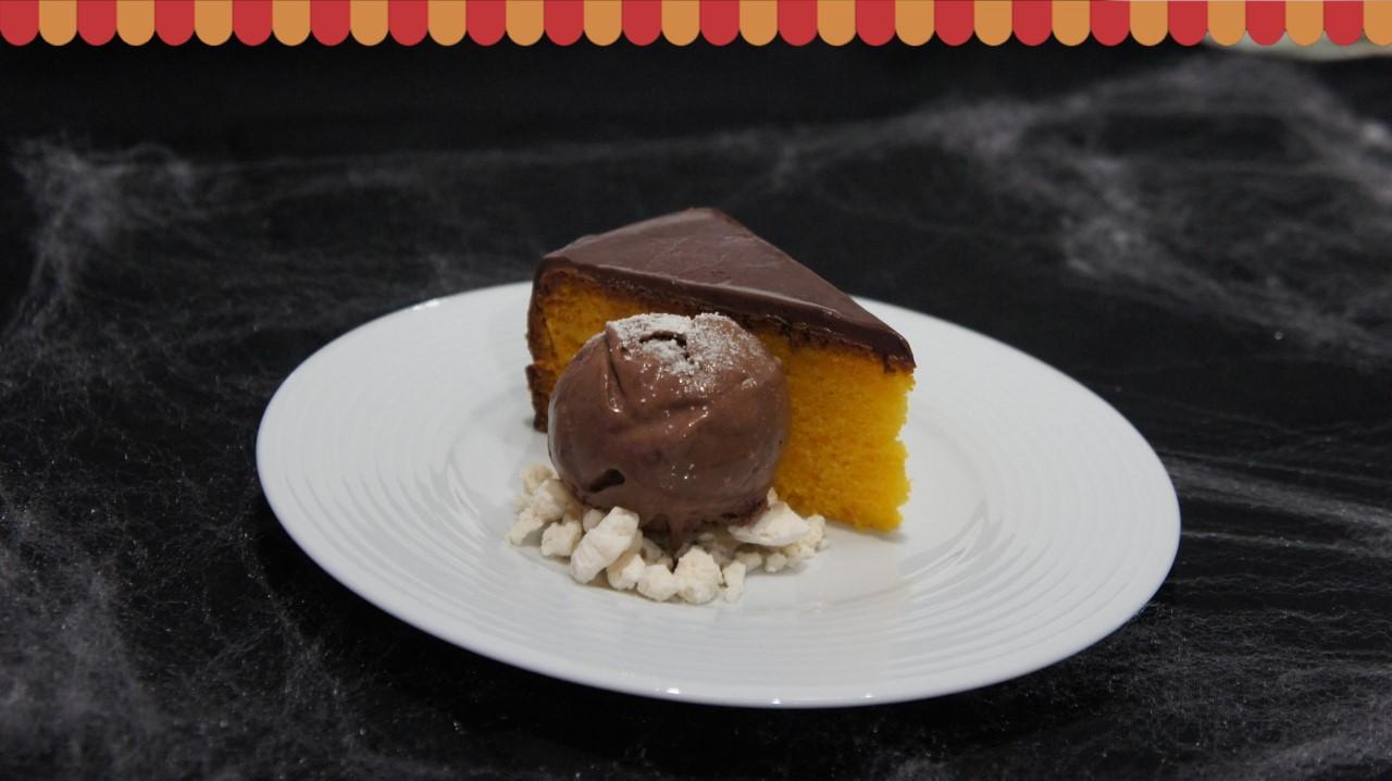 bolo de cenoura com cobertura de chocolate e bola de gelado de chocolate com suspiros da Gelados de Portugal