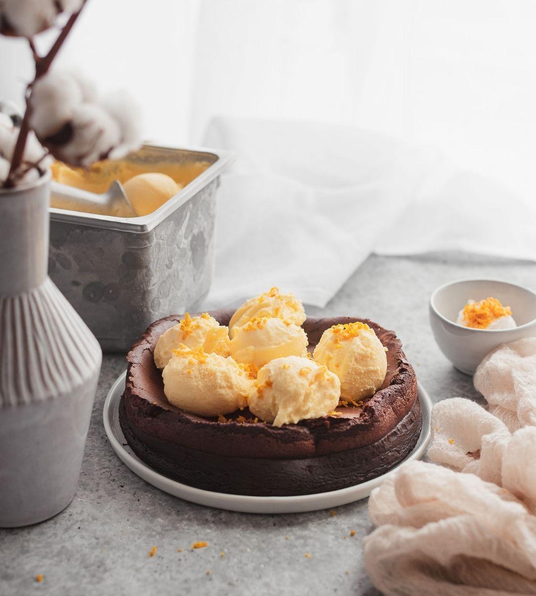 Bolo de Chocolate Nuvem com gelado de Laranja do Algarve