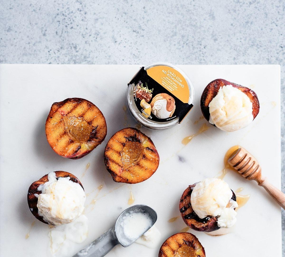 Pêssegos grelhados com gelado de Limão com Mel e Rosmaninho